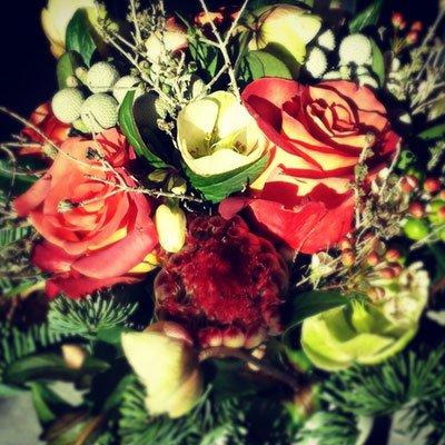 una composizione di fiori rossi e di altri colori