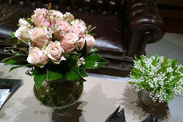 due vasi con delle rose rosa e dei fiorellini bianchi