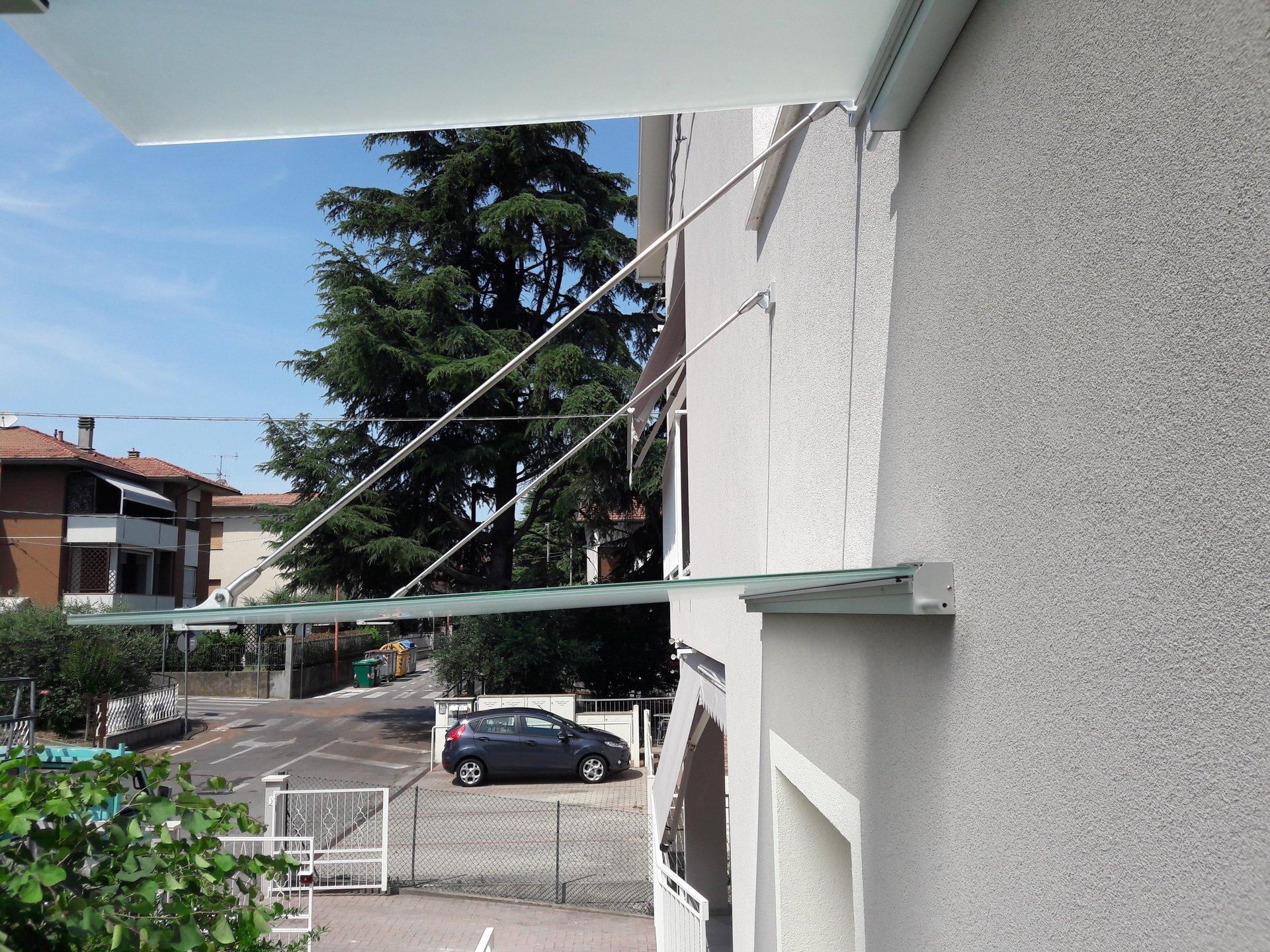 particolare ravvicinato di doppie pensiline su ingresso e finestra