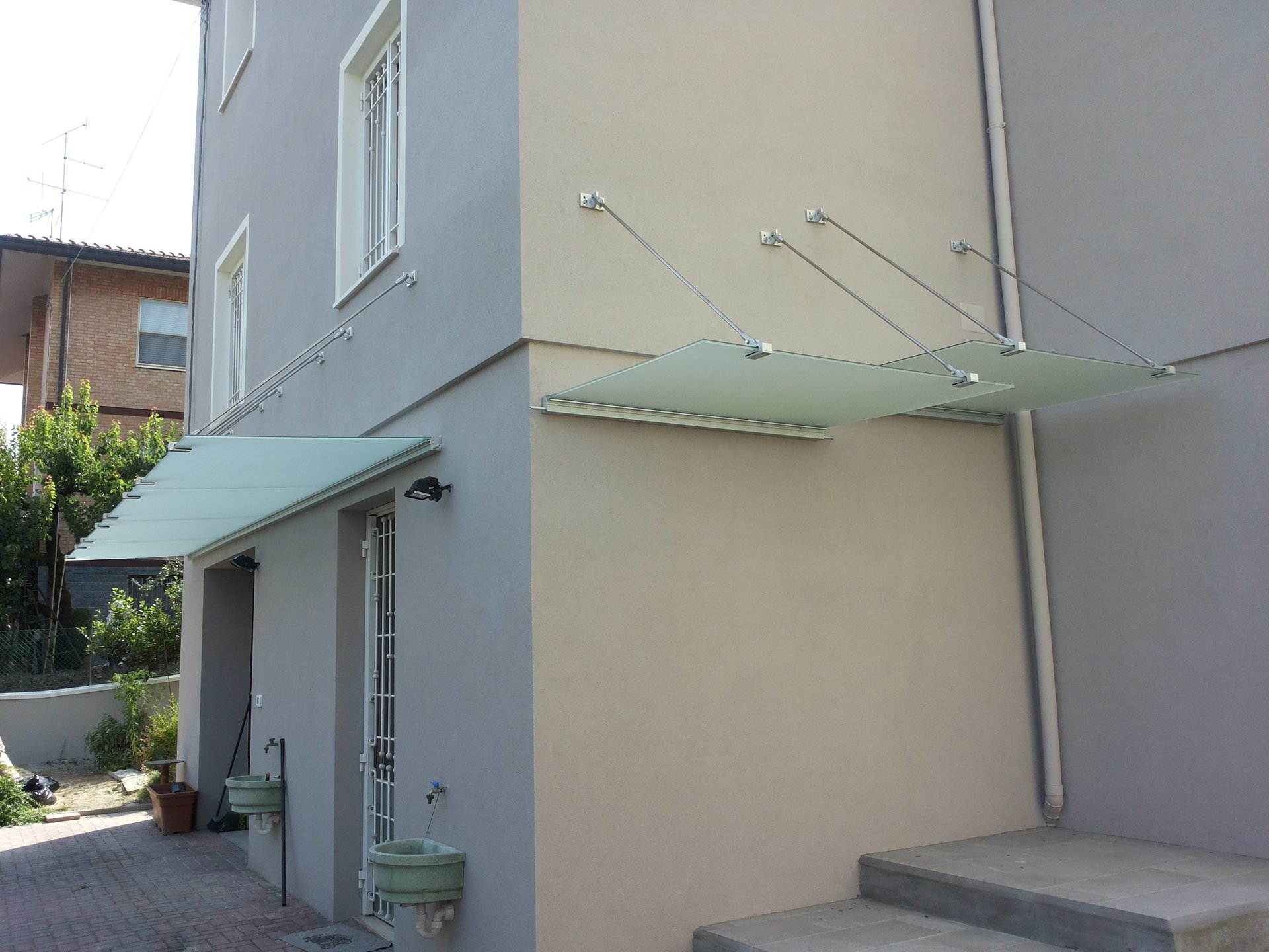 pensiline sull'ingresso di un edificio e su delle scale laterali