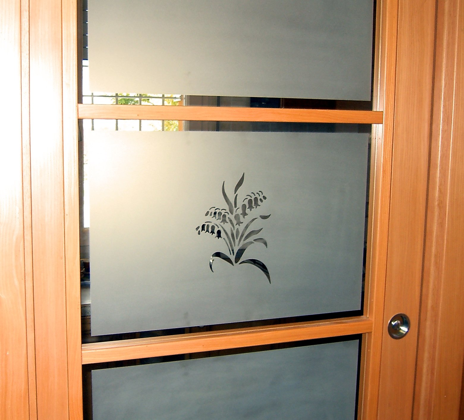porta in vetro con fiore disegnato