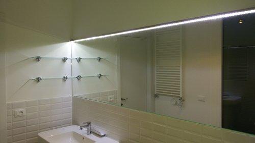specchio in un bagno