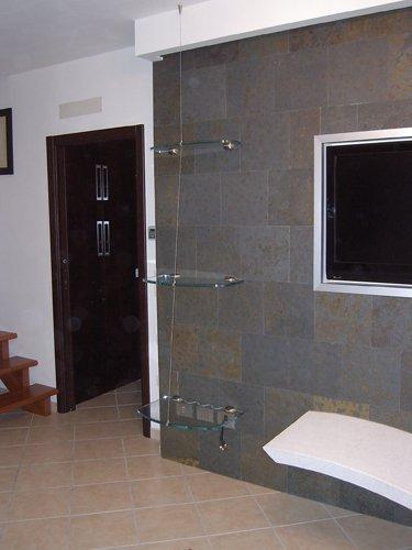 stanza con porta in legno e tre reggimensole