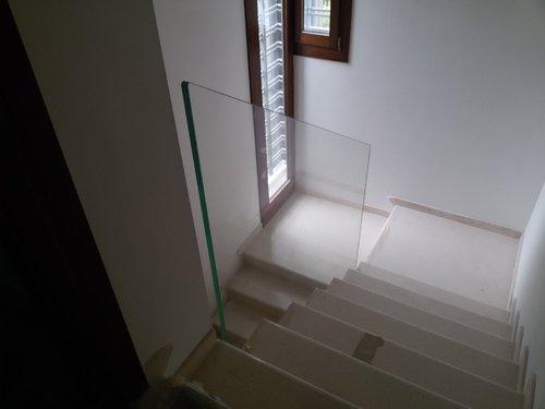 vista dall`alto di scale con parapetto in vetro