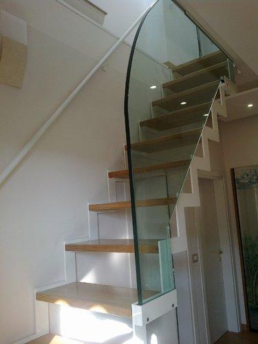 scala con ringhiera in vetro