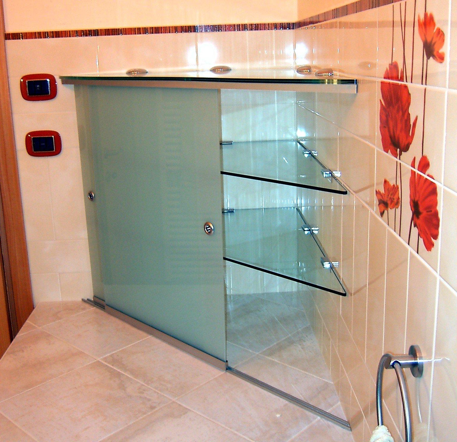 angolo di un bagno con scaffali