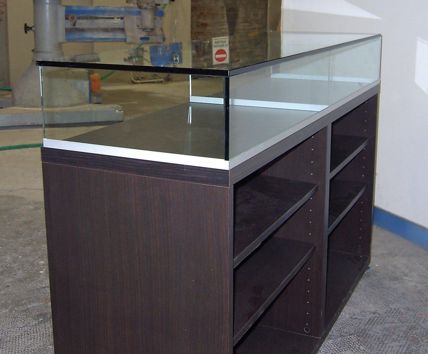mobile in legno con superficie in vetro