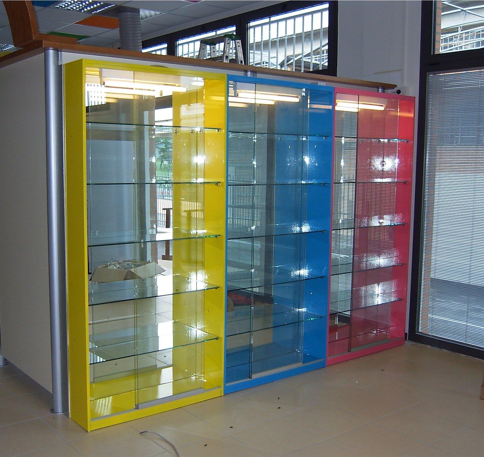 scaffali in vetro colorati