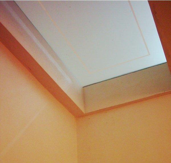 soffitto bianco con pareti arancioni