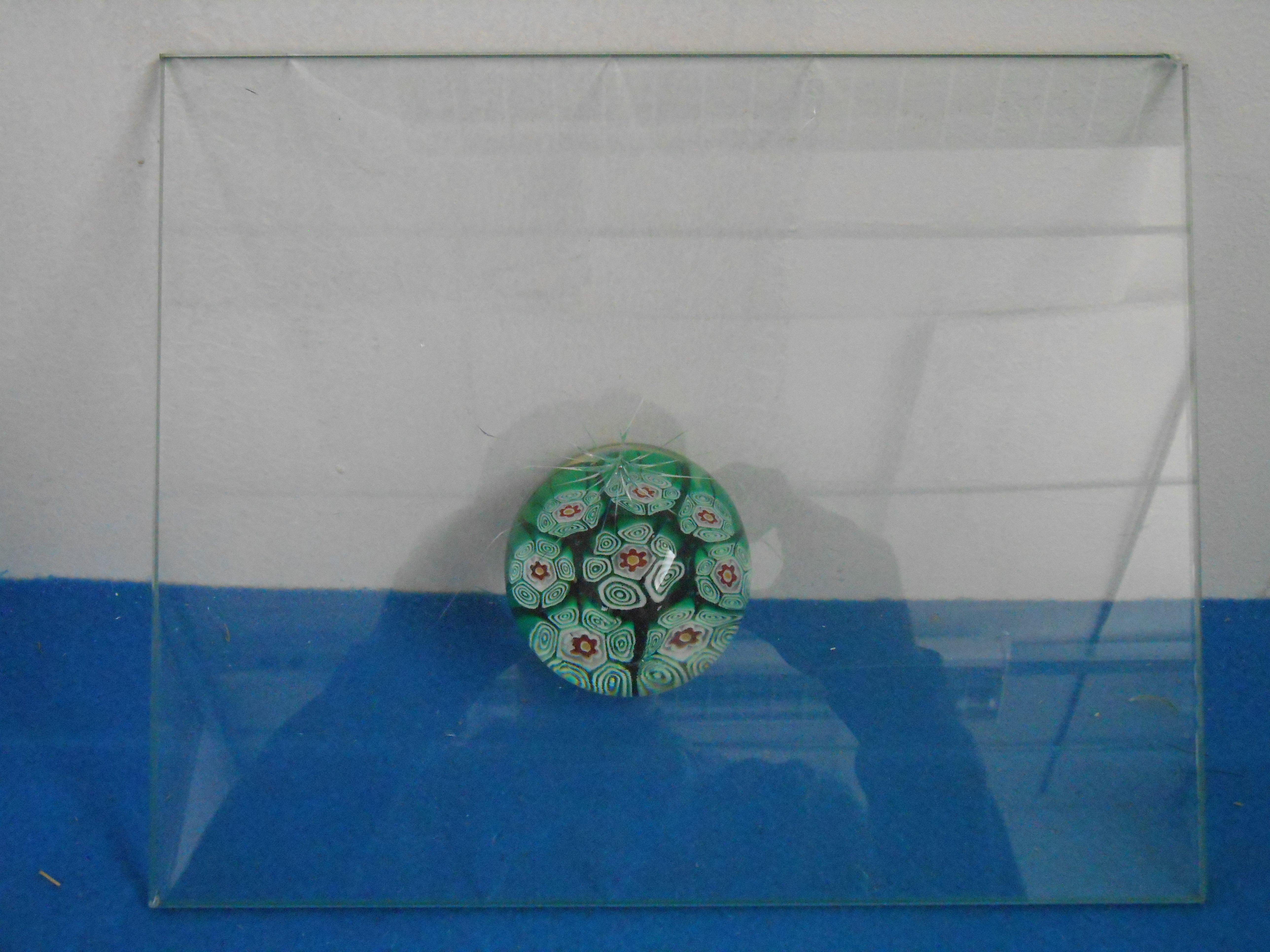 palla in vetro dentro un rivestimento