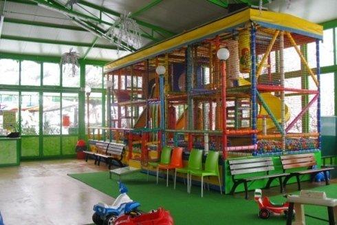 Sala ludica con scivoli e box palline