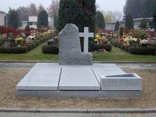 monumento in pietra di Luserna fiammata