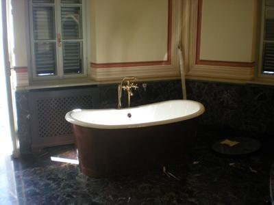 bagno in marmo Rosso