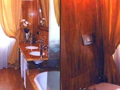 bagno in Travertino levigato non stuccato