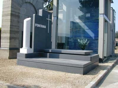 monumento in granito nero
