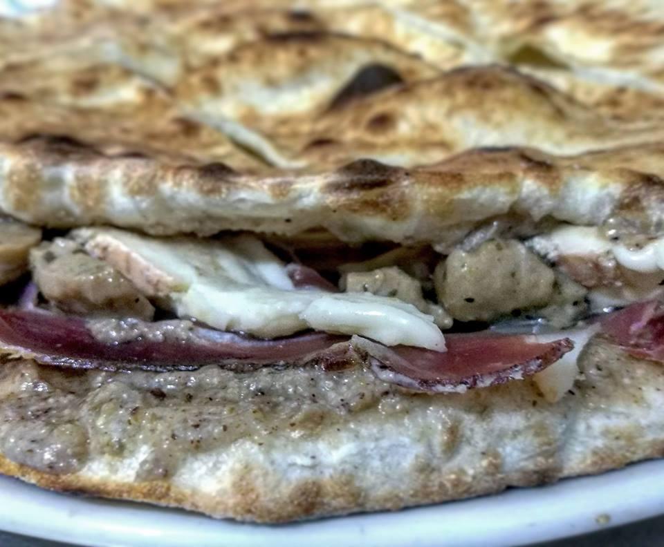 una pizza sandwich farcita