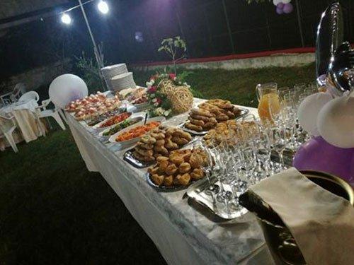 un buffet all'aperto