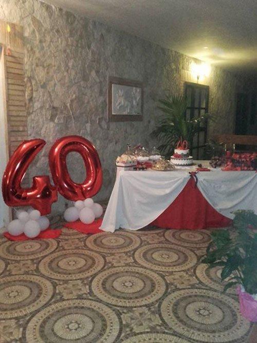 dei palloncini rossi con il numero 40 e un buffet