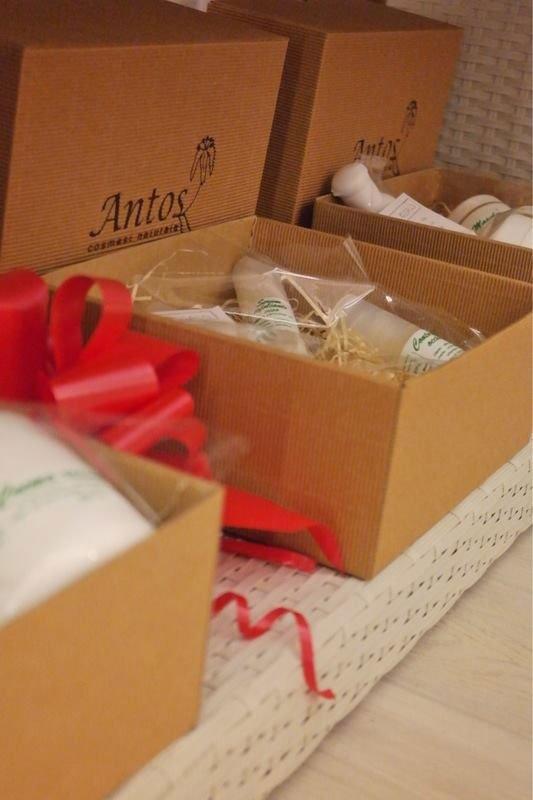 Scatole aperte con dei cosmetici e sulla scatola scritta Antos Cosmetici Naturali