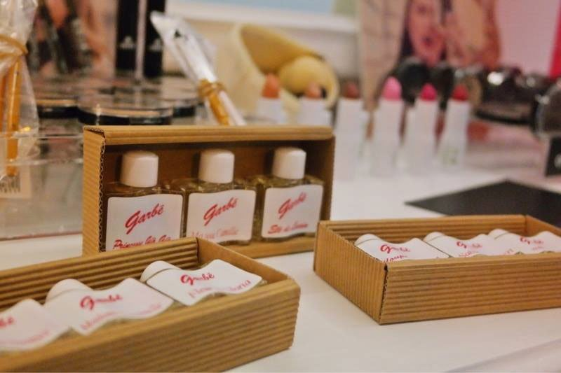 Tre pacchi di cosmetici della marca Garbe all'interno di un negozio