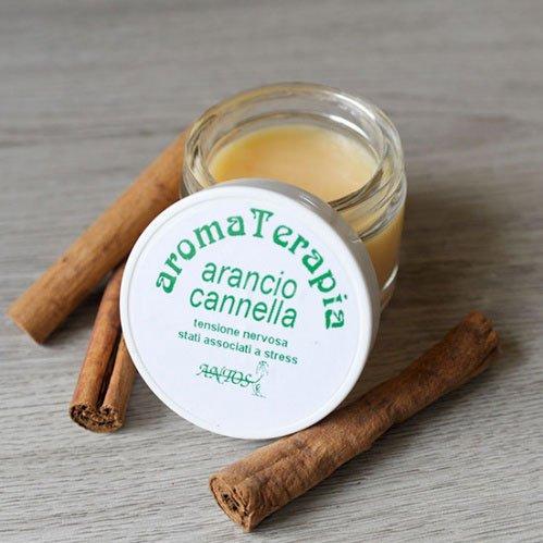 un vasetto di crema e un'etichetta con scritto aromaTerapia , Arancio cannella