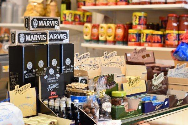 prodotti alimentari vari sul bancone della gastronomia