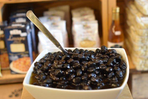 olive nere sott'olio di qualitsalumi e affettati di qualitá