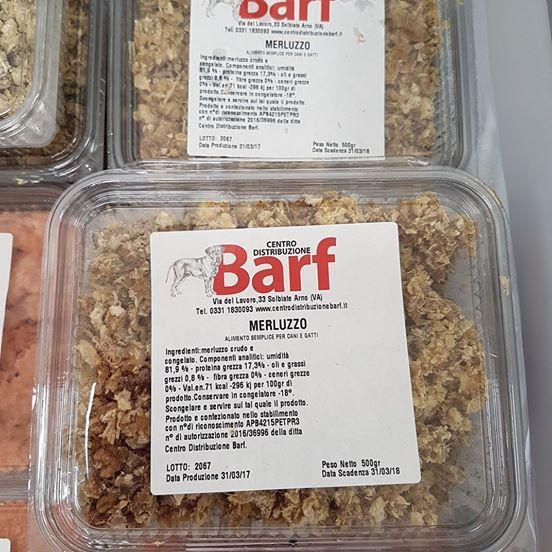 una confezione di cibo per cani al merluzzo