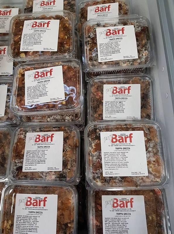 delle confezioni di cibo per cani della marca BARF al gusto trippa grezza
