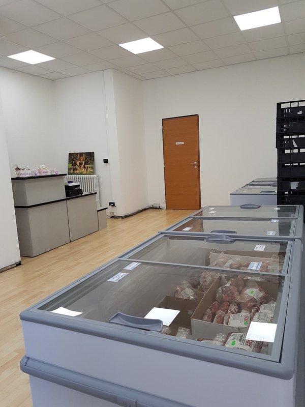 un frigorifero con del cibo per animali è vista della cassa