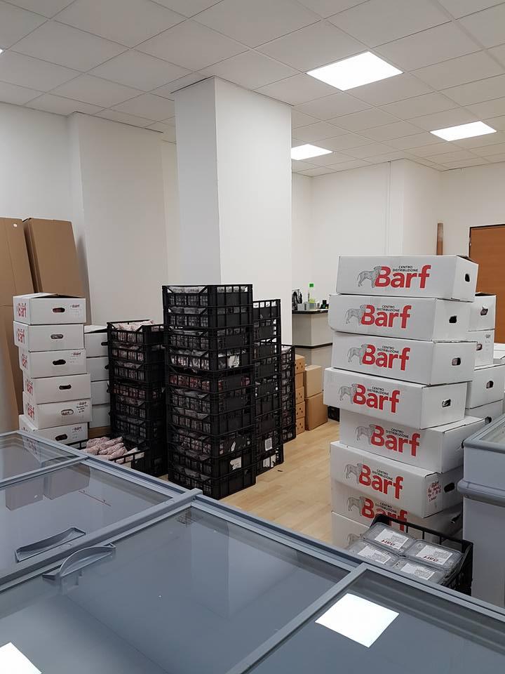 delle scatole con scritto BARF e delle cassette nere con degli alimenti