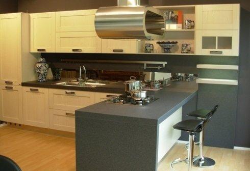 cucina con  penisola top nero