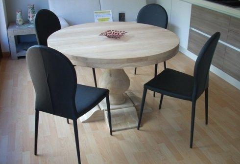 tavolo in legno con sedie nere
