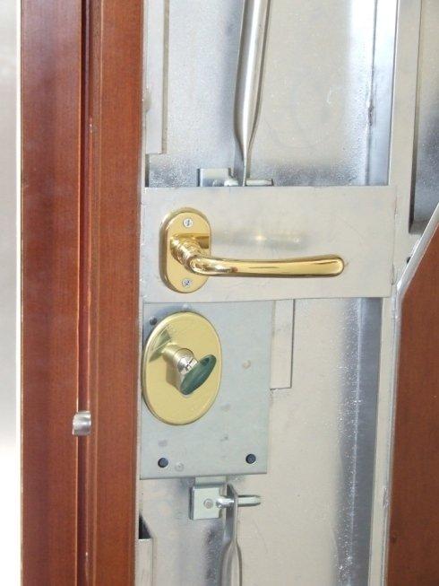 dettaglio serratura porta corazzata