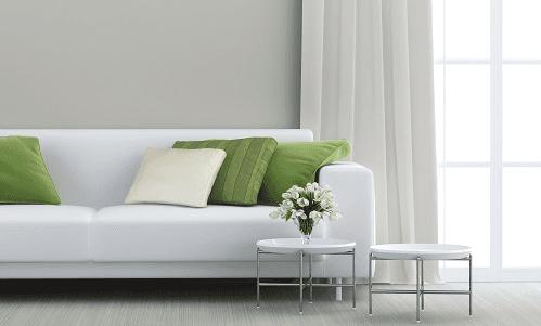 Divano bianco con cuscini verdi