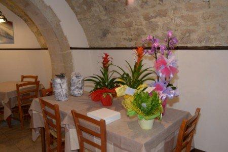 un tavolo con dei vasi di fiori all'interno di un ristorante