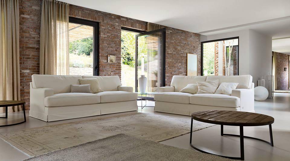 Ampio soggiorno con divani