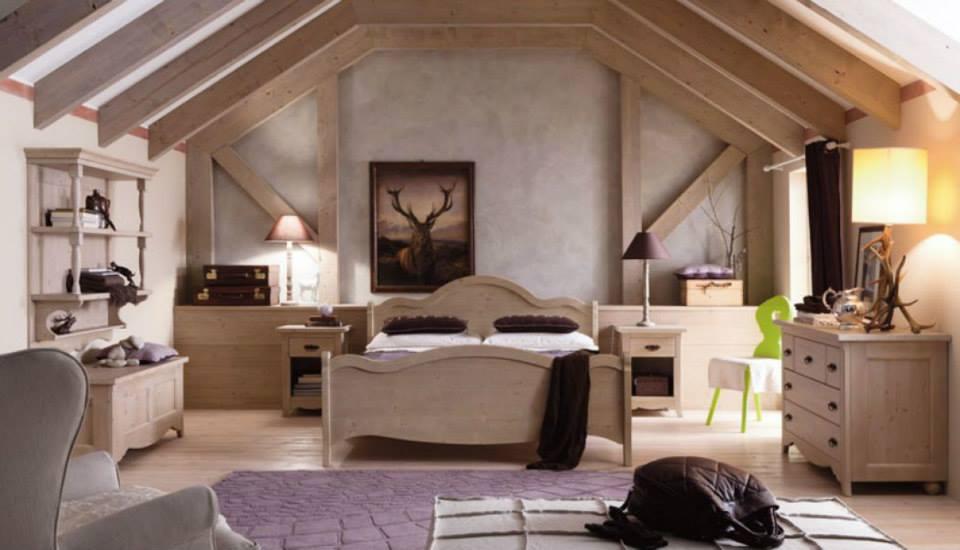 una camera con un letto, due comodini e un comò