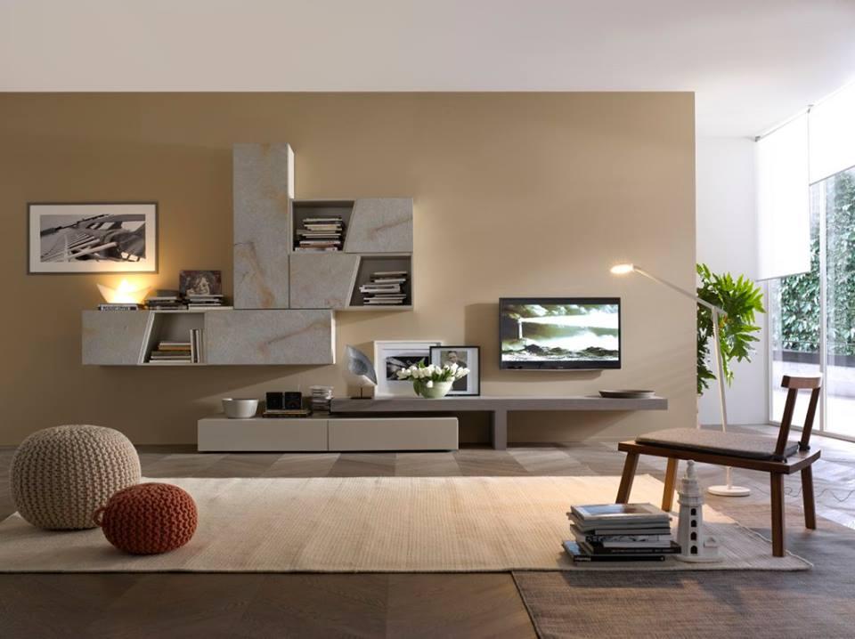 una libreria, un mobile TV e una poltrona in legno