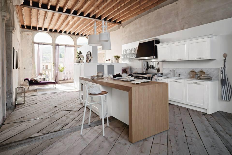 una cucina in legno bianco con penisola