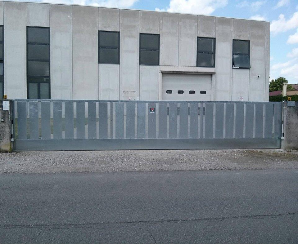 cancello laminato in ferro di fronte a una fabbrica