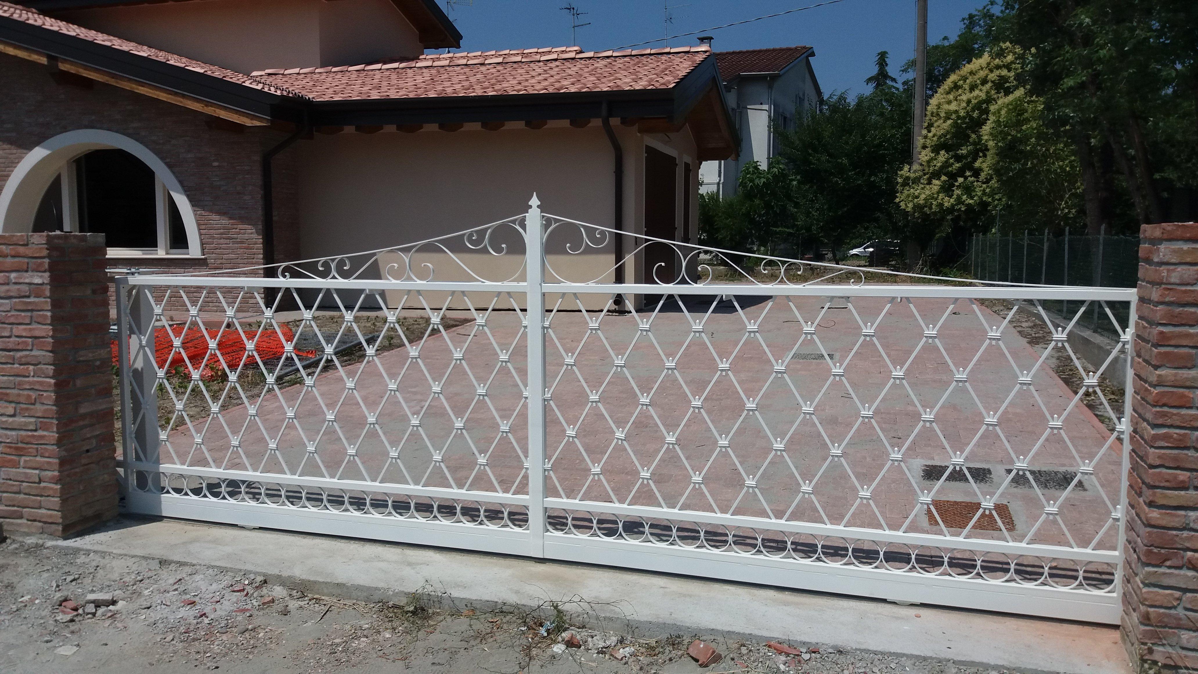 Cancello in ferro bianco