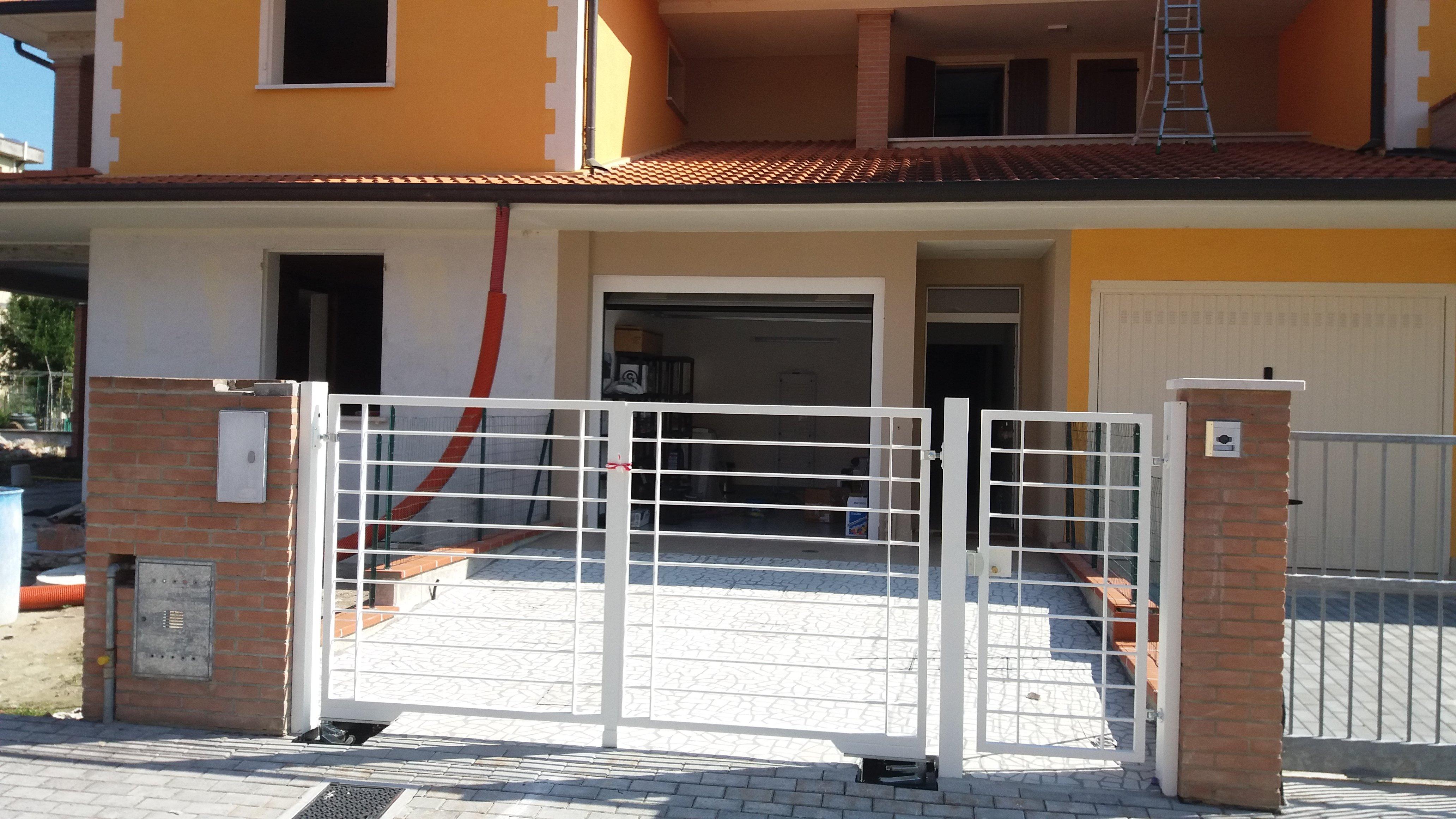 Cancello in ferro bianco a barre