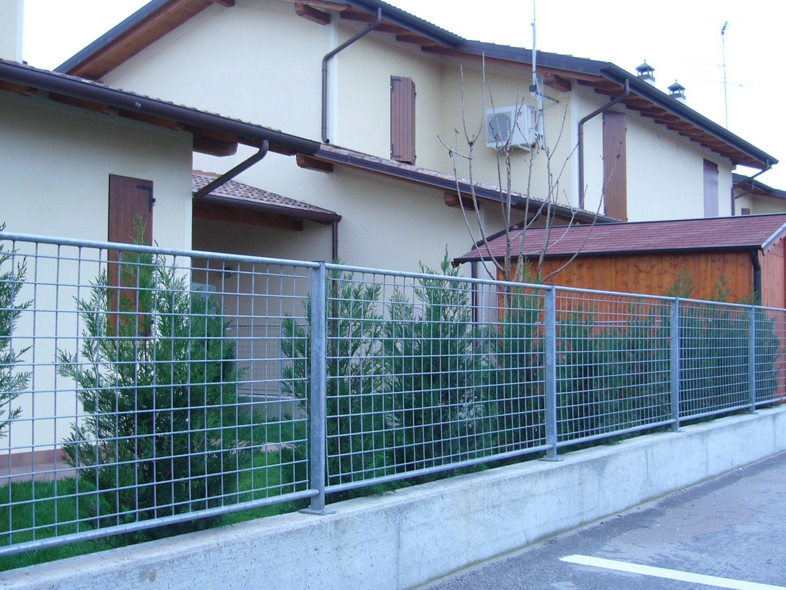 recinzione in metallo a quadri