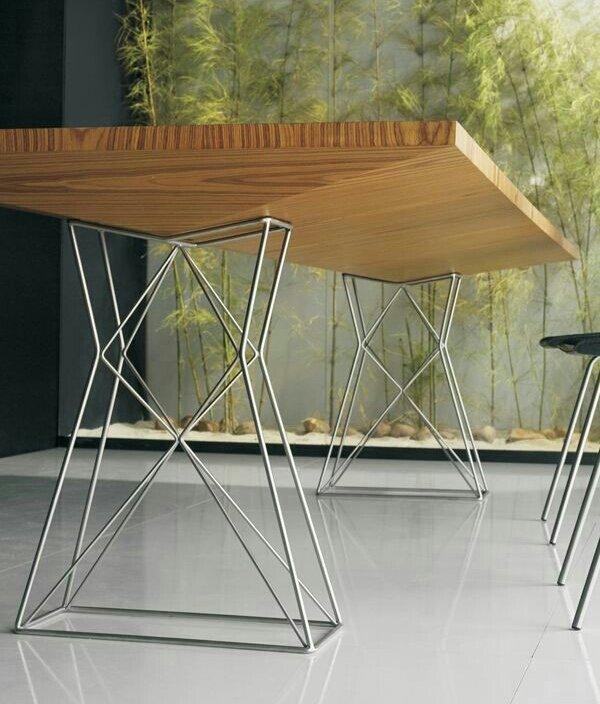 tavolo in legno con piedi in metallo poligonale