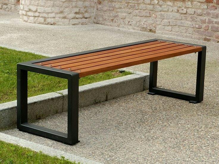 panchina in legno con struttura in metallo