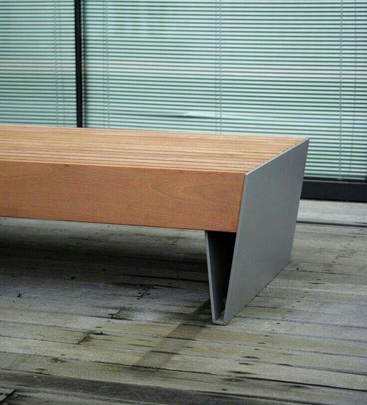 panchina in legno con lastre di ferro come base