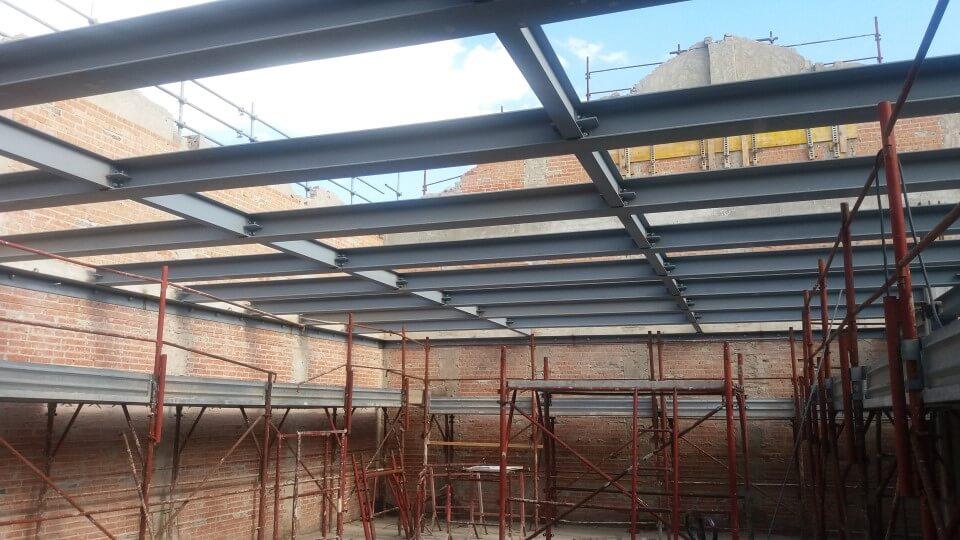 tettoia in ferro in edificio