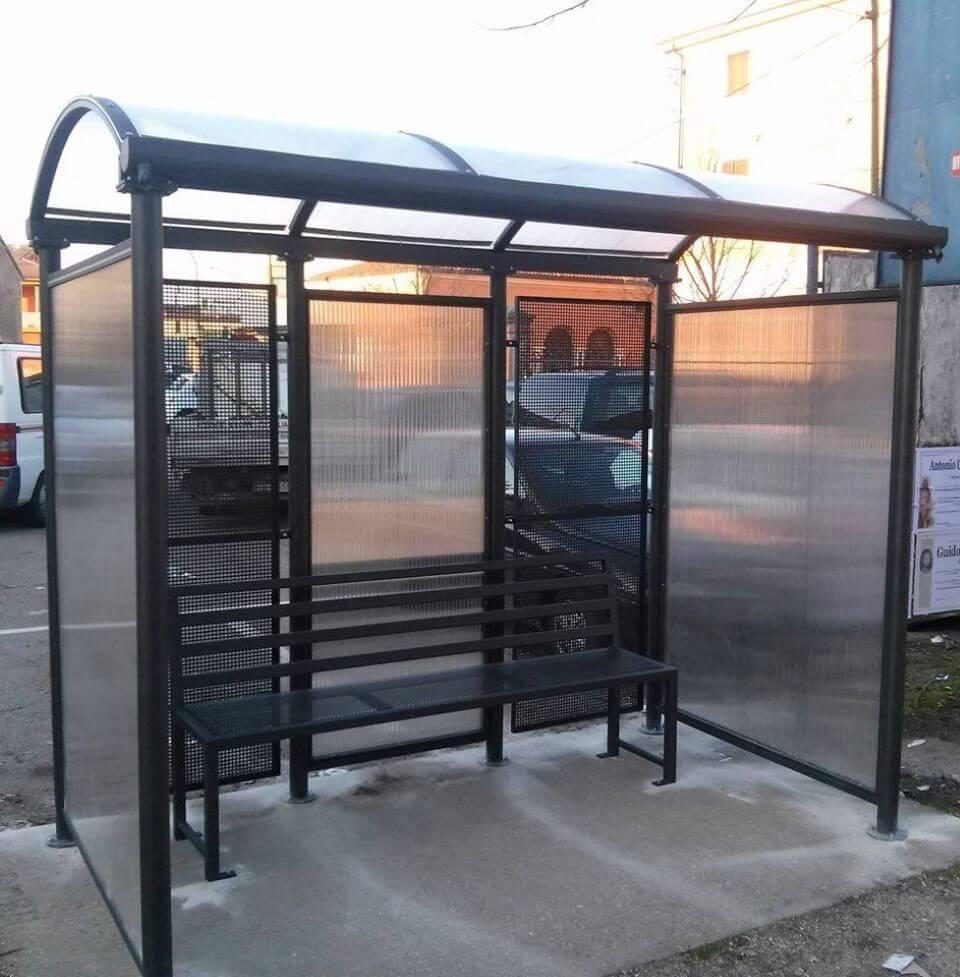 panchina alla fermata del bus in ferro