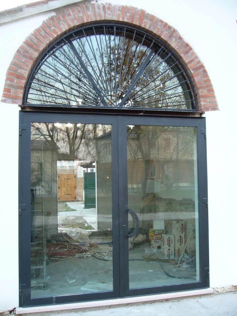 porta con decoro ad arco